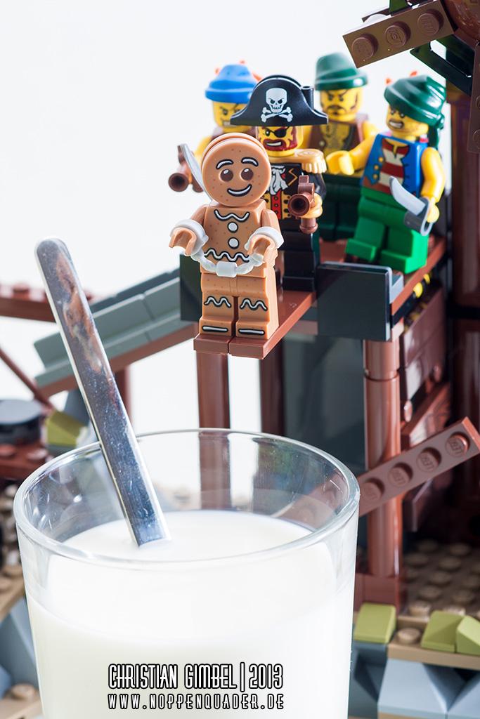 Lego Gingerbread Man geht über die Planke in ein Glas Milch