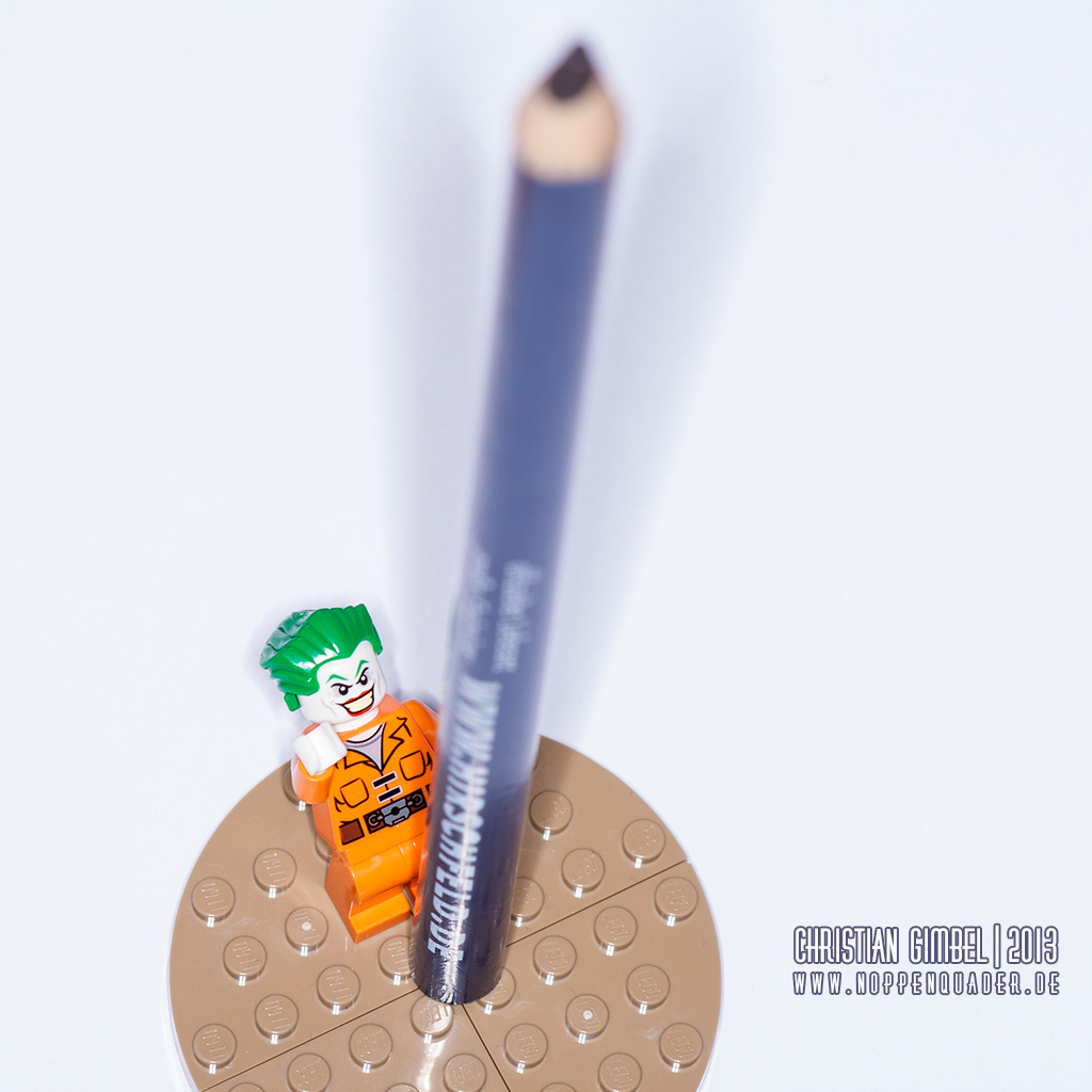 Lego Joker bewundert einen extrem großen Bleistift - Artikelbild