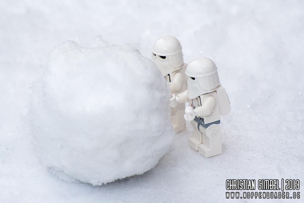 Lego StarWars Snowtrooper bauen einen Schneeball im Winter
