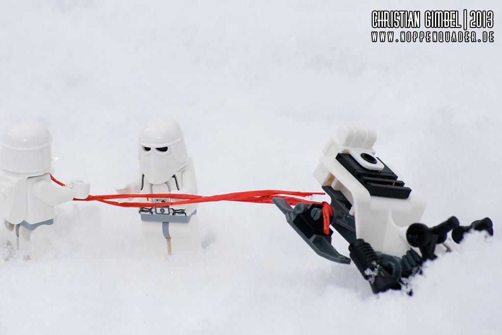 Lego StarWars Snowtrooper bauen einen Unfall mit ihrem Snowspeeder im Winter - Bergungsversuch wird unternommen