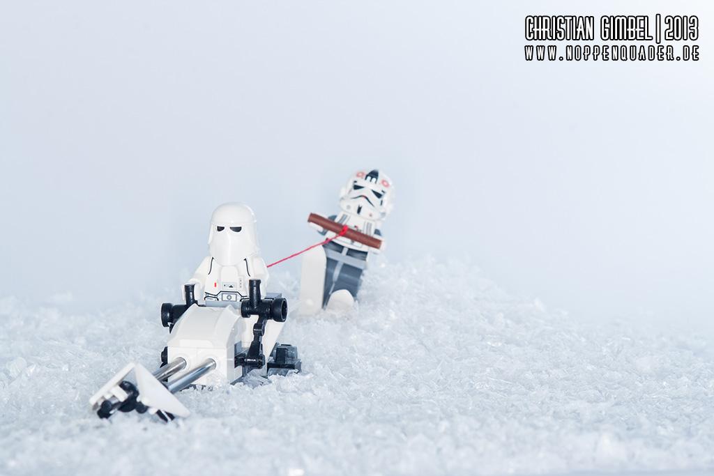 Lego StarWars Snowtrooper auf Speederbike zieht anderen Snowtrooper auf Ski hinter sich her - Artikelbild