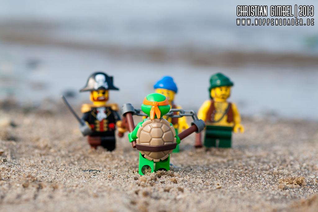 Lego Schildkröte / Turtle versucht ins Meer zu kommen. Piraten behindern ihn.