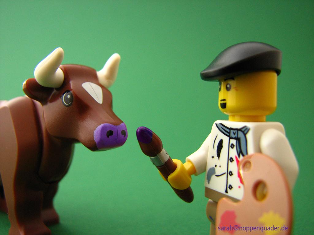 """Lego Minifig """"Maler"""" malt einer braunen Küh eine lila Nase"""