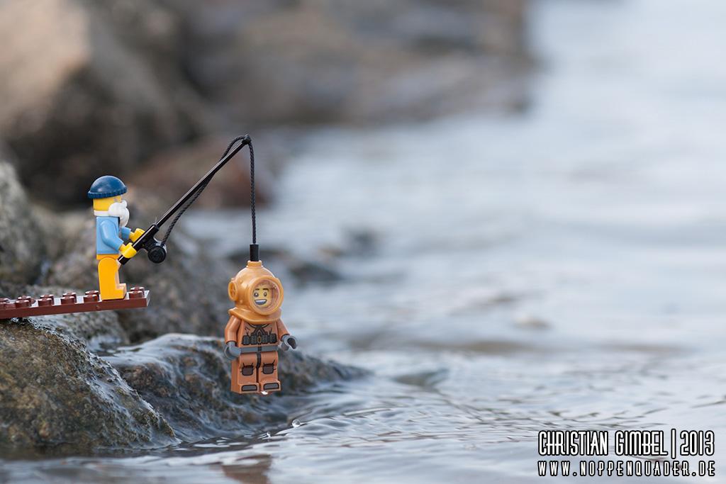 Lego Fischer an der Ostsee angelt einen Taucher - Artikelbild