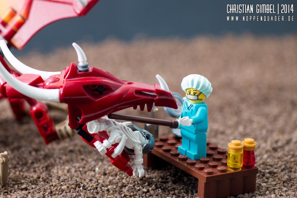 Lego Arzt schaut in das Maul eines Drachen, in dem ein toter Ritter hängt - Artikelbild